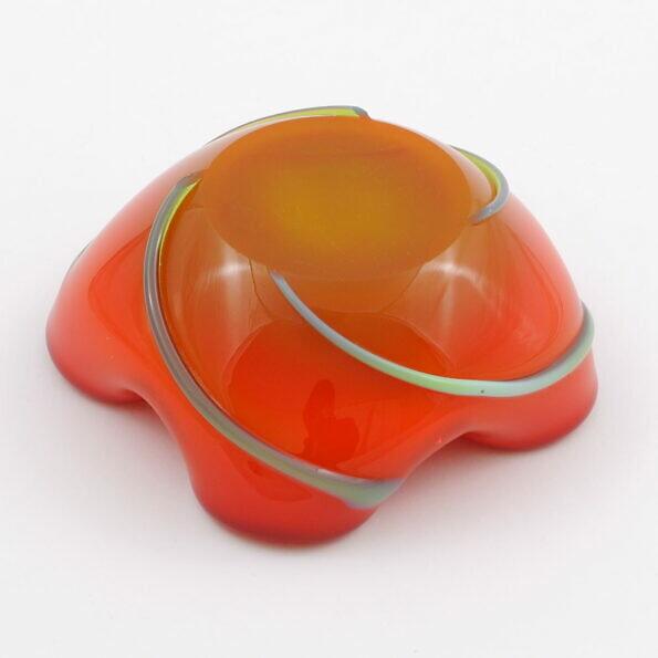 Spód szklanejpomarańczowej popielniczki Ząbkowice