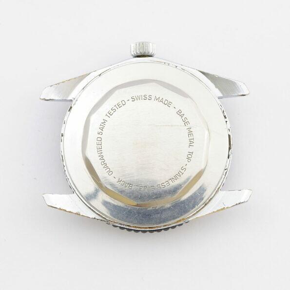 Tył zegarka Adora w stylu diver