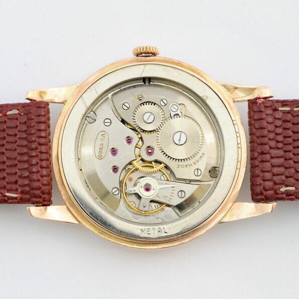 Mechanizm Doxa w złotym zegarku