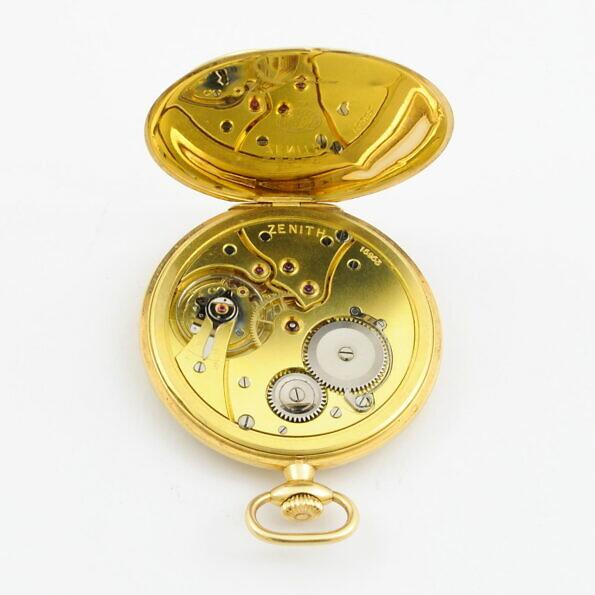 [:pl]Pozłacany mechanizm marki Zenith w zegarku kieszonkowym[:en]Zenith brand gold plated pocket watch movement[:]